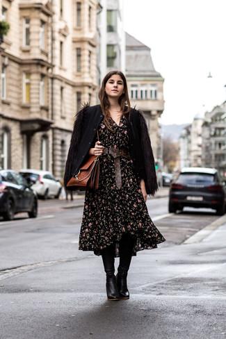 Cómo combinar: cazadora de aviador de lana negra, vestido midi con print de flores negro, botas de caña alta de cuero negras, bolso de hombre de cuero marrón