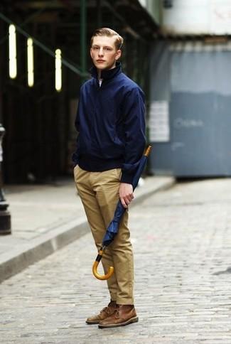 Cómo combinar: cazadora harrington azul marino, camiseta con cuello circular blanca, pantalón chino marrón claro, botas safari de cuero marrónes