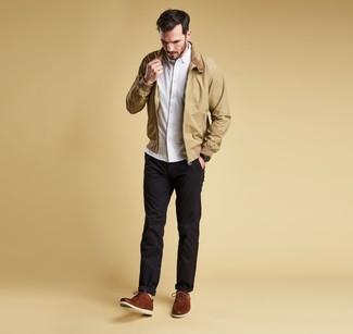 Cómo combinar: cazadora harrington marrón claro, camisa de manga larga blanca, pantalón chino negro, zapatos derby de cuero marrónes