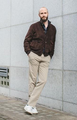 Cómo combinar: cazadora harrington de ante en marrón oscuro, camisa de manga larga azul marino, pantalón chino en beige, tenis blancos