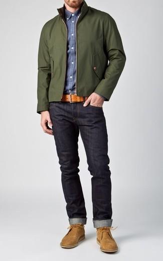Cómo combinar: cazadora harrington verde oscuro, camisa de manga larga de cambray azul, vaqueros azul marino, botas safari de ante marrón claro