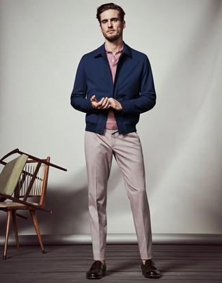 Cómo combinar: cazadora harrington azul marino, camisa polo rosada, pantalón de vestir rosado, mocasín de cuero en marrón oscuro