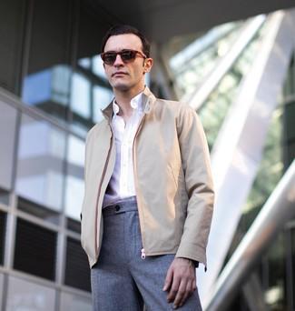 Cómo combinar: cazadora harrington en beige, camisa de manga larga blanca, pantalón de vestir de lana gris, gafas de sol burdeos