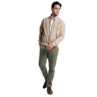 Cómo combinar: cazadora harrington en beige, camiseta con cuello circular blanca, pantalón chino verde oliva, botas safari de cuero en marrón oscuro