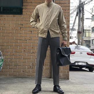 Cómo combinar: cazadora harrington en beige, pantalón de vestir gris, zapatos derby de cuero negros, portafolio de cuero negro
