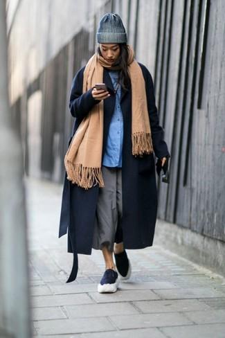 Cómo combinar: chal marrón claro, abrigo azul marino, camisa de vestir azul, falda pantalón gris