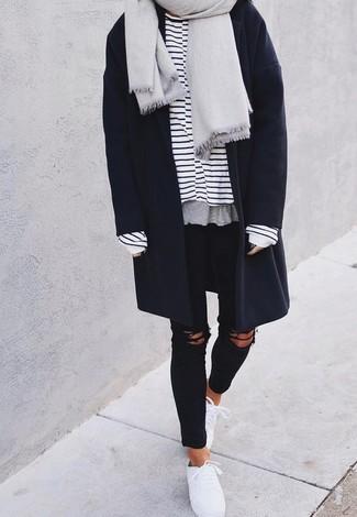 Cómo combinar: chal gris, abrigo azul marino, camiseta de manga larga de rayas horizontales en blanco y azul marino, vaqueros pitillo desgastados negros