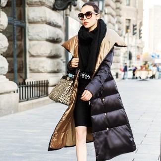 Cómo combinar: chal de punto negro, abrigo de plumón negro, jersey con cuello circular de pata de gallo en negro y blanco, falda lápiz negra