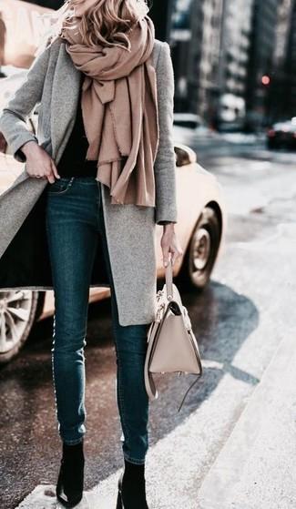 Cómo combinar: chal marrón claro, abrigo gris, jersey con cuello circular negro, vaqueros pitillo azul marino
