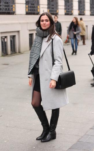 Cómo combinar: chal de tartán gris, abrigo gris, jersey con cuello circular gris, minifalda negra