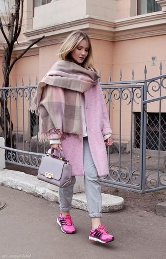 Cómo combinar: chal rosado, abrigo rosado, sudadera blanca, pantalón de chándal gris