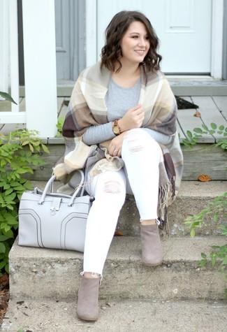Cómo combinar: chal de tartán marrón claro, camiseta de manga larga gris, vaqueros pitillo desgastados blancos, botines de ante grises