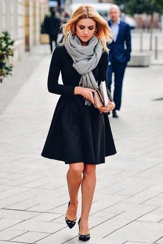 Cómo combinar: chal gris, camiseta de manga larga negra, falda skater negra, zapatos de tacón de ante con recorte negros