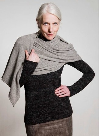 Cómo combinar: chal gris, jersey de cuello alto de lana negro, falda lápiz de lana marrón