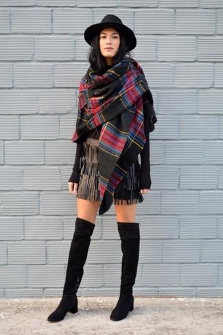 Cómo combinar: chal de tartán negro, jersey con cuello circular negro, minifalda de cuero сon flecos negra, botas sobre la rodilla de ante negras