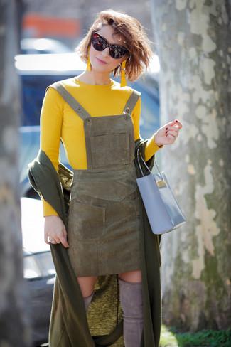 Cómo combinar: chal verde oliva, jersey con cuello circular amarillo, pichi de ante verde oliva, botas sobre la rodilla de ante grises