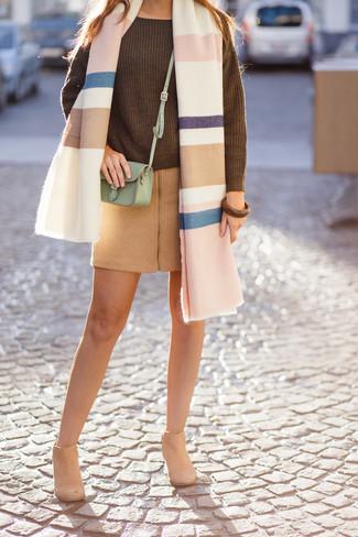 Cómo combinar: chal de rayas horizontales en multicolor, jersey oversized de punto verde oliva, minifalda de lana marrón claro, botines de ante marrón claro