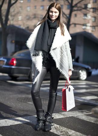 Cómo combinar: chal negro, chaqueta de piel de oveja gris, leggings de cuero negros, botines de cuero negros