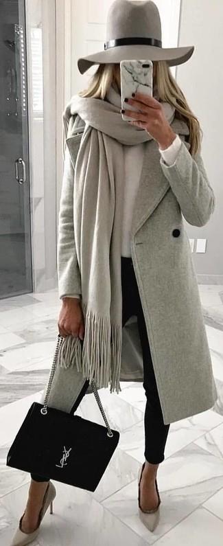 Associe un manteau gris avec un pantalon slim noir pour créer un look chic et décontracté. Complète ce look avec une paire de des escarpins en daim gris.
