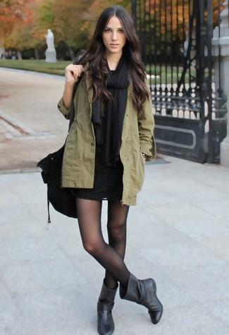 Comment porter: châle noir, parka à queue de poisson olive, robe moulante en dentelle noire, bottes mi-mollet en cuir noires