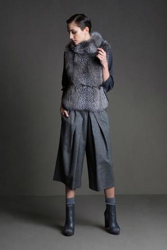 Cómo combinar: chaleco de pelo gris, blusa de manga larga en gris oscuro, falda pantalón de lana gris, botines de cuero con recorte en gris oscuro