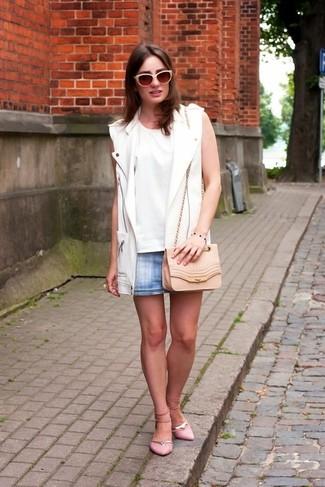 Cómo combinar: chaleco de cuero blanco, blusa sin mangas blanca, minifalda vaquera celeste, bailarinas de ante rosadas