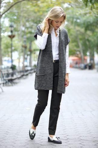 ... Ponte un chaleco de punto en gris oscuro y un pantalón de vestir negro  para lidiar 4f5a68dc46ee