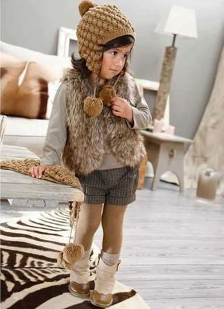 Cómo combinar: chaleco de pelo marrón, camiseta de manga larga gris, pantalones cortos grises, botas en beige