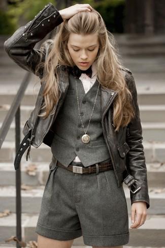 Cómo combinar: chaleco de lana en gris oscuro, chaqueta motera de cuero en marrón oscuro, camisa de vestir de rayas verticales rosada, pantalones cortos de lana en gris oscuro