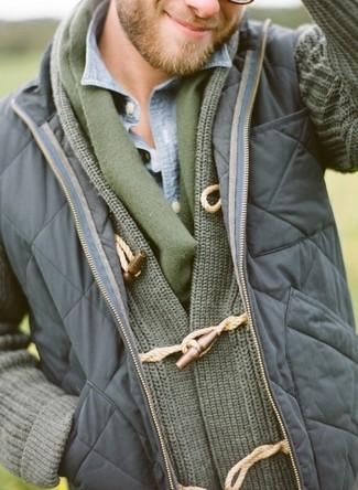 Cómo combinar: chaleco de abrigo acolchado azul marino, cárdigan con cuello chal verde oliva, camisa vaquera celeste, bufanda verde oliva