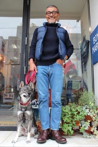 Cómo combinar: chaleco de abrigo acolchado azul marino, jersey de cuello alto de punto azul marino, vaqueros azules, botas safari de cuero en marrón oscuro