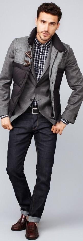 Cómo combinar: chaleco de abrigo acolchado gris, blazer gris, camisa de manga larga de tartán en negro y blanco, vaqueros en gris oscuro
