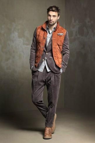 Cómo combinar: chaleco de abrigo de ante en tabaco, blazer de pana marrón, camisa de manga larga de cambray gris, camiseta con cuello circular blanca