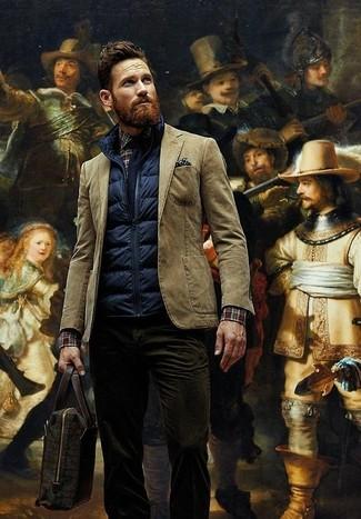 Cómo combinar: chaleco de abrigo acolchado azul marino, blazer de algodón marrón, camisa de manga larga de tartán en marrón oscuro, vaqueros de pana en marrón oscuro