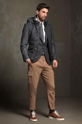 Cómo combinar: chaleco de abrigo acolchado negro, blazer de rayas verticales en gris oscuro, camisa de vestir blanca, pantalón cargo marrón claro
