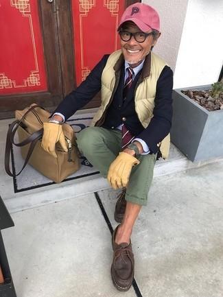 Cómo combinar: chaleco de abrigo en amarillo verdoso, blazer azul marino, camisa de vestir celeste, pantalón chino verde oliva