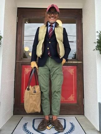 Cómo combinar: chaleco de abrigo acolchado amarillo, blazer de lana azul marino, camisa de vestir celeste, pantalón cargo verde