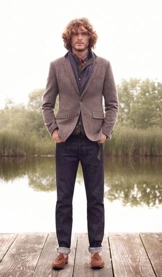 Cómo combinar: chaleco de abrigo acolchado verde oliva, blazer de lana gris, camisa de vestir de tartán burdeos, camisa de manga larga de tartán burdeos