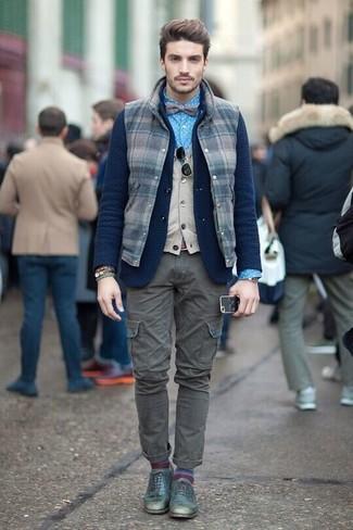 Look de moda: Chaleco de abrigo de lana a cuadros azul marino, Blazer de lana de punto azul marino, Chaleco de punto en beige, Camisa de vestir a lunares azul