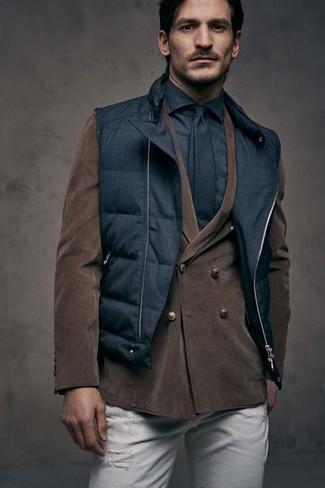 Cómo combinar: chaleco de abrigo acolchado negro, blazer cruzado de pana en marrón oscuro, camisa de vestir negra, vaqueros pitillo desgastados blancos