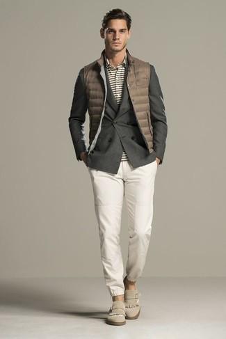 Cómo combinar: chaleco de abrigo acolchado marrón, blazer cruzado en gris oscuro, camisa polo de rayas horizontales gris, pantalón chino blanco