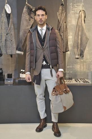 Cómo combinar: chaleco de abrigo acolchado marrón, blazer de tartán marrón, jersey con cuello circular en marrón oscuro, chaleco de vestir negro