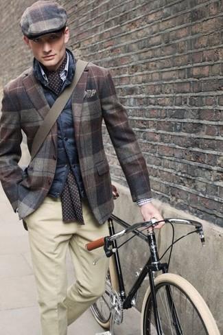 Cómo combinar: chaleco de abrigo acolchado azul marino, blazer de lana de tartán marrón, pantalón de vestir en beige, gorra inglesa de tartán marrón
