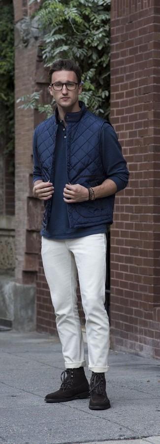 Cómo combinar: chaleco de abrigo acolchado azul marino, camiseta henley de manga larga azul marino, pantalón chino blanco, botas casual de ante en marrón oscuro