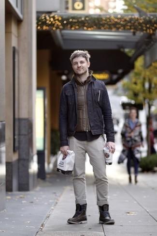 Cómo combinar: chaleco de abrigo marrón, chaqueta vaquera azul marino, camisa de manga larga negra, pantalón chino en beige