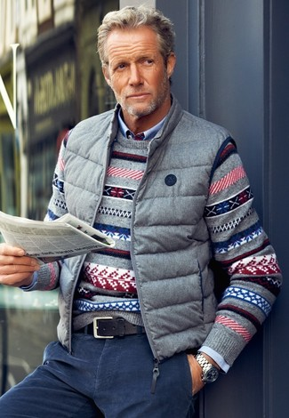 Cómo combinar: chaleco de abrigo gris, jersey con cuello circular de grecas alpinos gris, camisa de manga larga celeste, vaqueros de pana azul marino