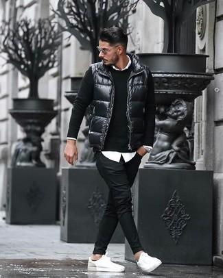 La versatilidad de un chaleco de abrigo acolchado negro y unas gafas de sol los hace prendas en las que vale la pena invertir. Complementa tu atuendo con tenis de cuero blancos.