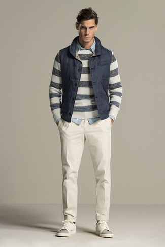 Cómo combinar: chaleco de abrigo acolchado azul marino, jersey con cuello circular de rayas horizontales gris, camisa vaquera celeste, pantalón de vestir blanco