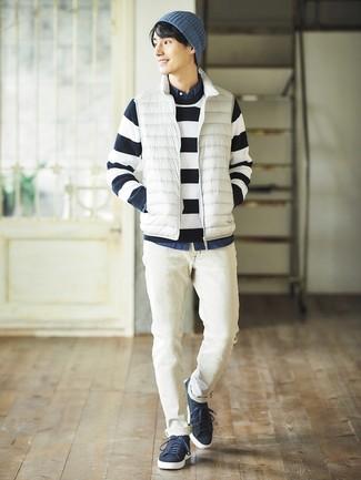 Cómo combinar: chaleco de abrigo blanco, jersey con cuello circular de rayas horizontales en azul marino y blanco, camisa vaquera azul marino, vaqueros blancos
