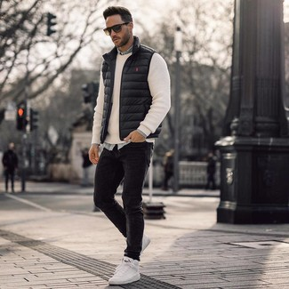 Cómo combinar: chaleco de abrigo negro, jersey con cuello circular blanco, camisa vaquera celeste, vaqueros pitillo negros